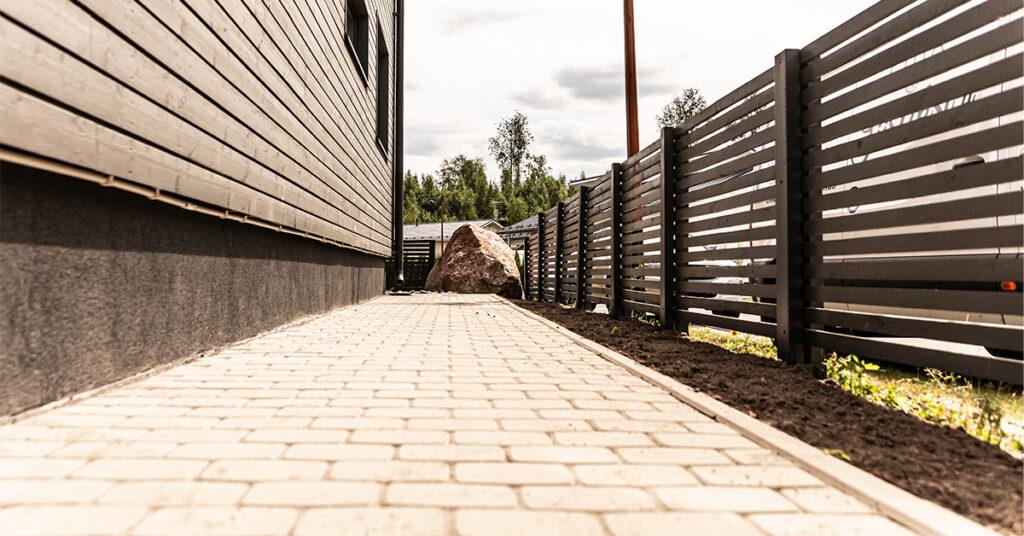 Omakotitalon reunalle betonikivestä toteutettu kulkuväylä