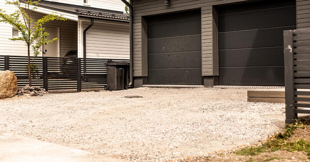 Omakotitalon autotallin edus kivituhkalla